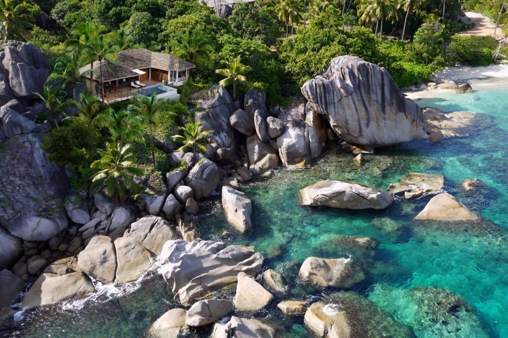 Sur l'île de Félicité aux Seychelles, le groupe asiatique Six Senses, mondialement réputé pour ses spas, vient d'inaugurer un resort spectaculaire. Seulement 30 villas et une poignée de résidences privées peuplent cette île paradisiaque de 264 hectares. Découverte en images.